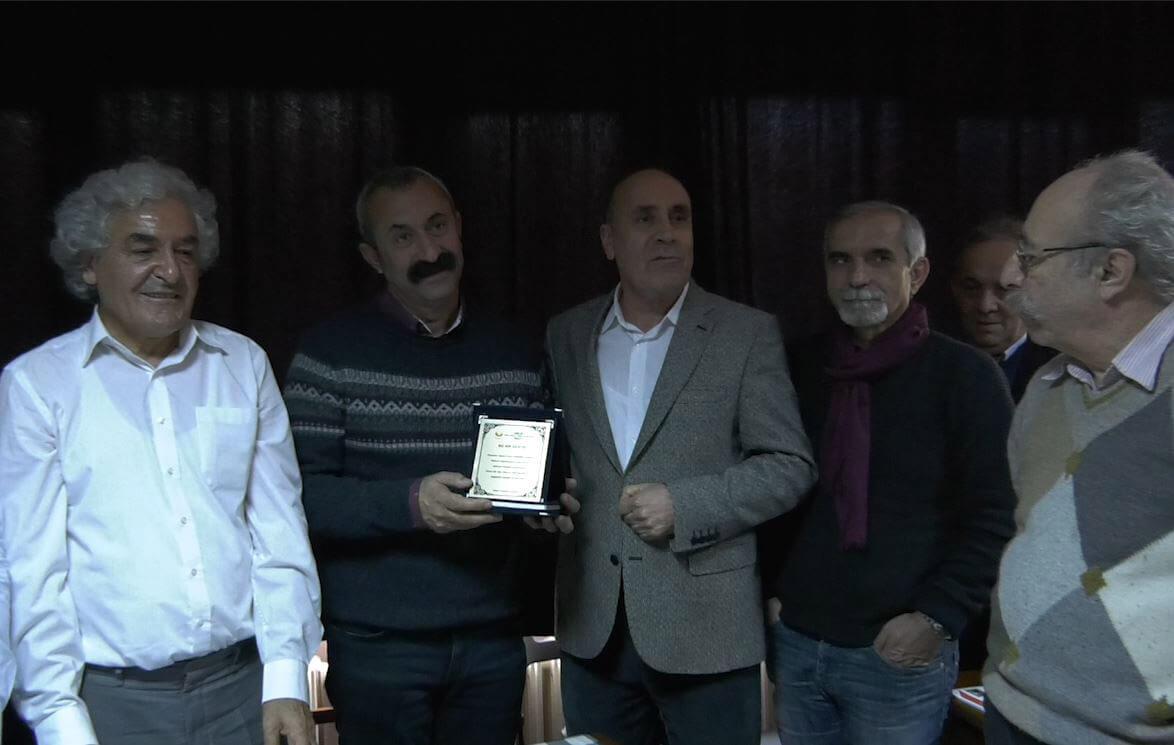 'Komünist Başkan' kitabının telif gelirleri öğrencilere burs için Onur Vakfı'na verildi